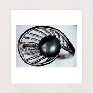Jewelry - Black Freahwater Pearl and Silvertone Ring | 10.5